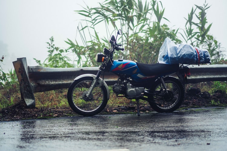 mers pe ploaie cu motocicleta